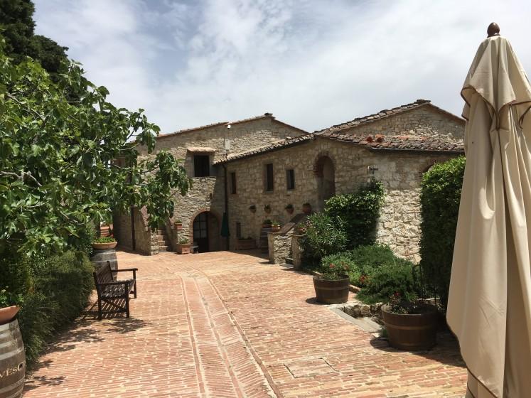 Unser Hotel war einstmals ein etruskisches Dorf aus dem 13. Jahrhundert, dessen Häuser zu Zimmern umgestaltet wurden. Wir erlebten aus der Rolle des Gastes das Konzept der Hoteldörfer.