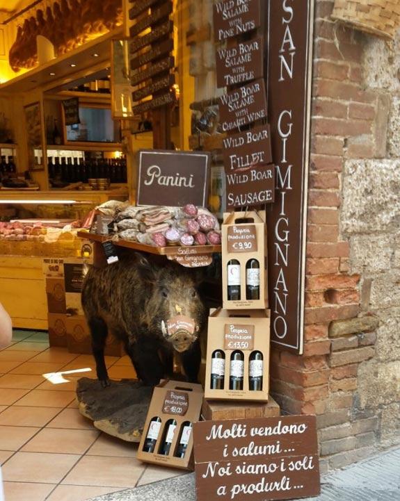 Im Chianti ist das Wildschwein heimisch - traditionell gibt es hier Wildschweinfleisch und -wurstwaren aller Art.
