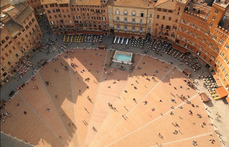 Der Piazza del Campo – man muß hier gewesen sein, um die Bedeutung dieses Platzes für das soziale Leben in der Stadt zu erfassen