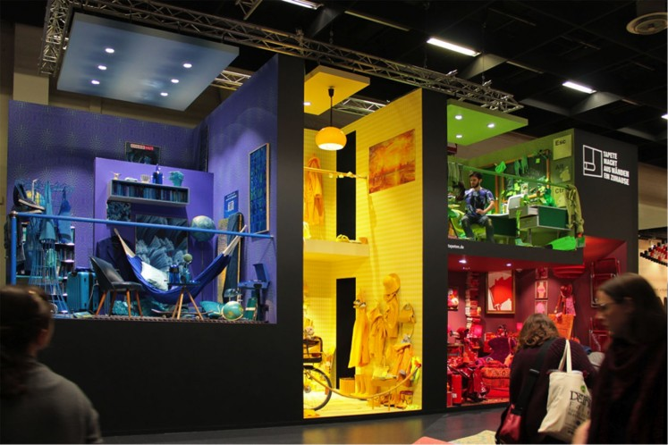 Die bunte Tapeten-WG: die deutsche Tapetenindustrie inszeniert in ihrer Installation Farbwelten mit allerhand Kuriositäten