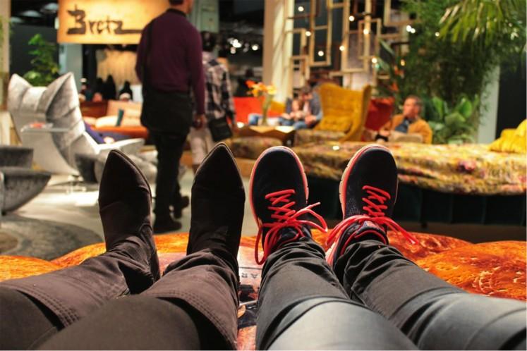 Ein Plus der Möbelmesse - nach etlichen zurückgelegten Kilometern durch die Messegänge kann man auf flauschigen Sofas entspannt die Füße hochlegen