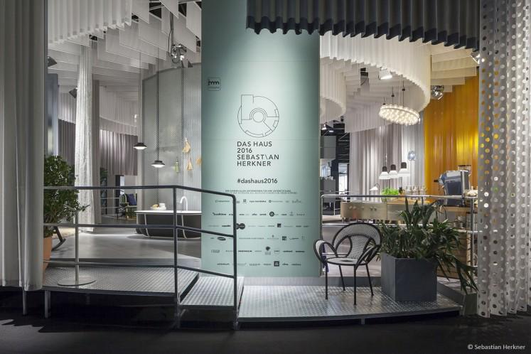 Ein Haus offen, rund und transparent - gestaltet nach den Vorstellungen des Designers Sebastian Herkner und inszeniert auf 200 qm mit 600 qm Stoff