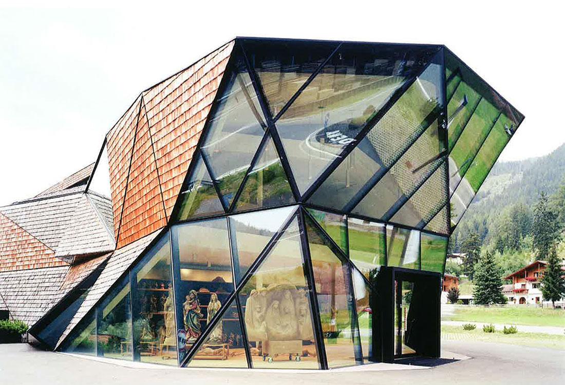 Gewagte Kombination – Schindeln mit Pfosten-Riegel-Fassade