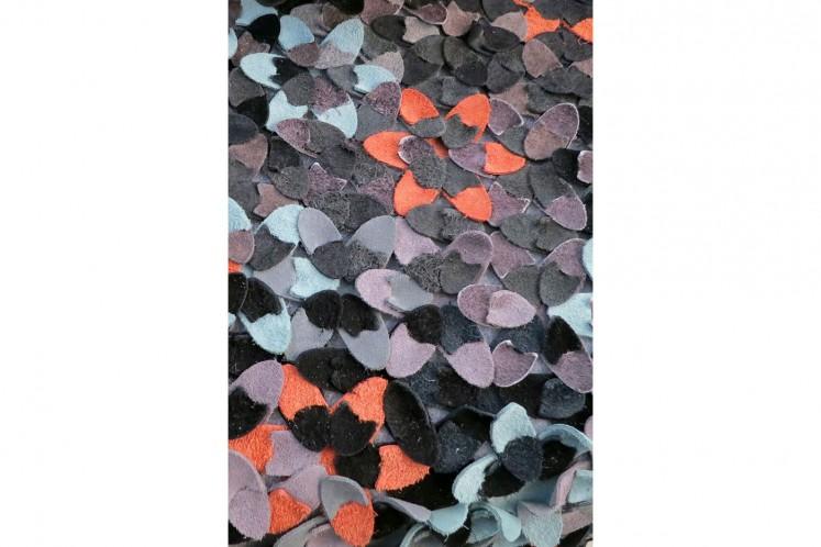 Materialien  ungewöhnlich verarbeitet  und mit neuen Funktionen bedacht wie z.B. die Lederteppiche aus Resten der Gürtelherstellung