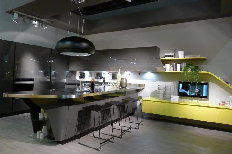 Kaum eine der gezeigten Küchen kommt ohne Sitzmöbel aus, die das Familienleben und Gäste am Kochen teilhaben lässt.