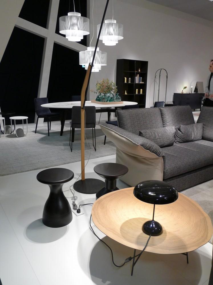 Schlichtes Grau, natürliches Holz und schwarze Akzente - eine Kombination die jedem Farbtrend trotzt.