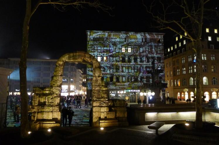Die leuchtenden Farben bilden einen spannenden Kontrast zu den historischen Strukturen.