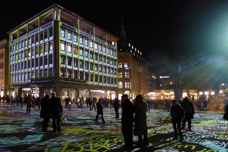 Wechselnde Projektionen spielen mit der Architektur