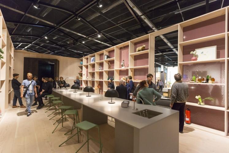 ... einer Art Wohnraum mit einem langen Tisch und transparenten Wänden, die als Regale dienen...