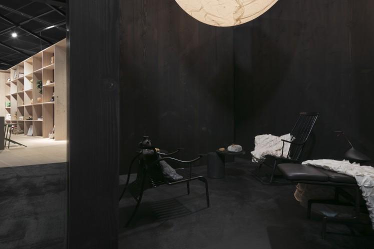 ... und einem Raum für die Erholung - in dunklen Farben und einer riesigen Leuchte, die an den Mond erinnert.
