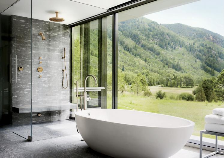 Thema Natur ins Bad holen: Nicht immer möglich, aber wenn, bringt eine Panoramaverglasung eine besondere Verbindung zur Natur.